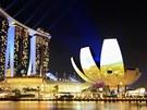 Hotel V Marina Bay a muzeum um�n� v Singapuru za norm�ln�ch okolnost� do tmy...