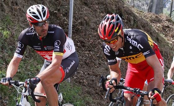 BOLESTIV� Z�VOD. �v�carsk� cyklista Fabian Cancellara (vlevo) se tr�p� v z�vod� Kolem Flander, ze kter�ho po p�du nakonec odstoupil.