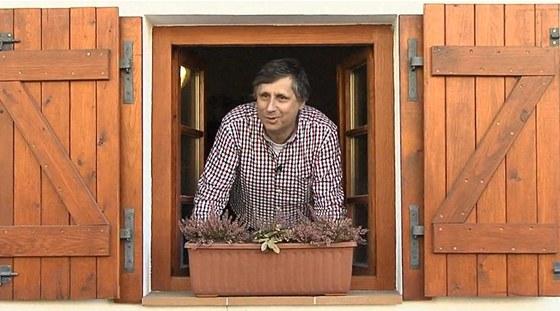 Jan Fischer ve sv�m videu, kter� neofici�ln� otv�r� prezidentskou kampa�