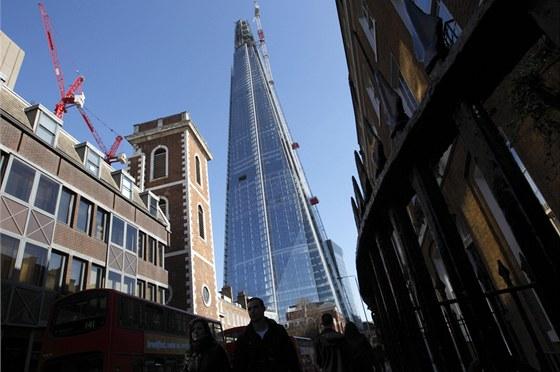 Nejd��ve se budova ofici�ln� jmenovala podle sv�ho um�st�n� London Bridge...