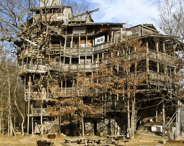 Horace Burgess stavěl svůj desetipodlažní dům celých jedenáct let.