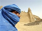 Tuareg stoj� na archivn�m sn�mku p�ed starobyl�m Timbuktu v Mali (19. b�ezna...