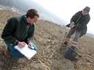 Odběr vzorků bahna vytěženého z Luhačovické přehrady, které Povodí Moravy