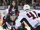 Martin Škoula z Omsku brání v semifinálovém duelu KHL Jevgenije Kuzněcova z