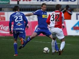 VÍTĚZSTVÍ ZKUŠENOSTI. Olomoucký stoper Radim Kučera (uprostřed) odkopává míč