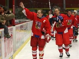 Bedřich Ščerban (vlevo) a Viktor Ujčík se loučí s fanoušky po hokejovém Dni