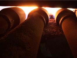 Plynové hořáky, které zapalují směs železné rudy a koksu