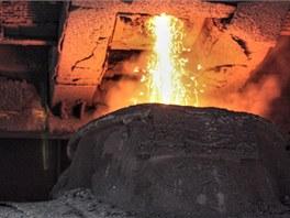 Poslední tuny surového železa z odpichu do Veroniky (dvanáctinápravový vůz pro...
