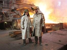 Před žárem chrání obsluhu vysoké pece speciální pláště i obuv - pod ocelovými