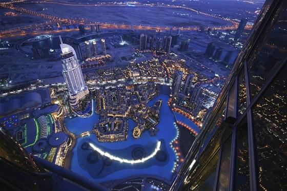 Pohled na noční Dubaj z nejvyšší budovy světa