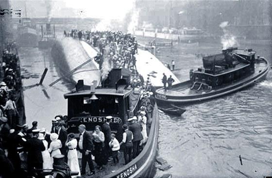 Z�chrana pasa��r� z v�letn� lodi SS Eastland po ne�t�st� na �ece Chicago (24.