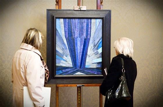 Dvě návštěvnice předaukční výstavy si prohlížejí abstraktní obraz Františka...