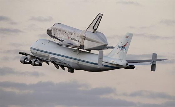 Speciálně upravený Boeing 747 přepravuje raketoplán Discovery z Kennedyho