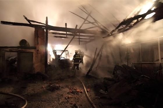 Noční požár stodoly a dílny v Chlístově na Rychnovsku napáchal škodu za pět