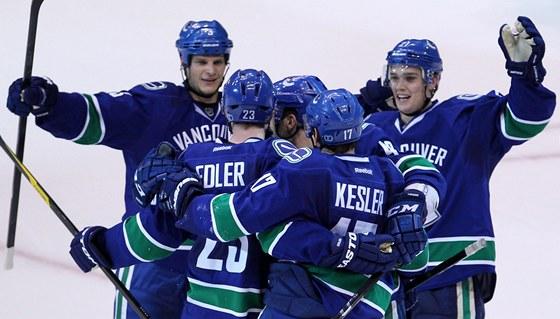 G�L. Hokejist� Vancouveru po �sp�n� tref�.
