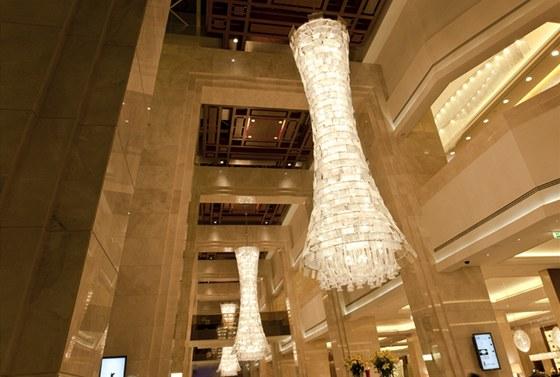 Lustry ve vstupní hale mají sedm metrů na výšku.