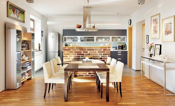 Kuchyni Sch�ller d�l� od j�deln�ho stolu barov� pult z vybouran�ch cihel.