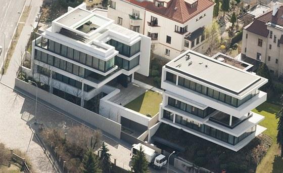 Letecký pohled: vlevo je vila Romana Janouška, vpravo stojí vila Miroslava