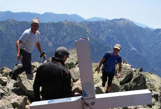 Kříž a skupinka Čechů na Monte d´Oro (2 234 m)