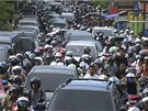 Vyd�en� obyvatel� Banda Acehu b�hem zem�t�esen� (11. dubna 2012)