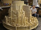 Patrick Acton se svým modelem města Minas Tirith z Pána prstenů