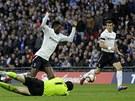 PENALTA? NE, ROVNOU GÓL. Emmanuel Adebayor z Tottenhamu padá přes Petra Čecha...