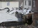 Vozidlo Armtrac se nakonec do domu op�elo tak��kaj�c vlastn�m t�lem.