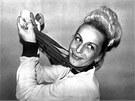 Věra Čáslavská s medailemi z letní olympiády v Mexiku. (1968)