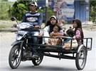 Indon�sk� mu� evakuuje svoj� rodinu z m�sta BAnda Aceh. (11. dubna 2012)