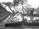 Z�chrann� pr�ce na vraku p�evr�cen� v�letn� lodi SS Eastland