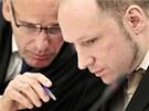 Anders Breivik se domlouv� se sv�m obh�jcem Geirem Lippestadem u norsk�ho soudu...