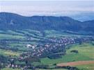 Pohled z Velkého Javorníku na obce Bordovice (vlevo) a Lichnov.