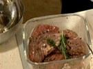 Steaky posypan� pep�em dejte do misky spolu s bylinkami.