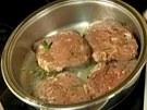 Steaky dejte zprudka op�ct, p�kn� je celou plochou p�im��kn�te na dno p�nve.