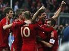 Obrovská radost fotbalistů Bayernu Mnichov, útočník Gomez (druhý zprava) dal