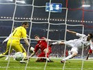 Mnichovský útočník Gomez (v červeném) střílí vítězný gól na 2:1 do sítě Realu