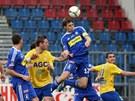 Hlavičkující olomoucký fotbalista Aleš Škerle v pohárovém duelu s Teplicemi.