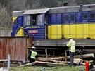 Následky nehody, při které na přejezdu u Bohdíkova na Šumpersku vlak smetl