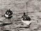 Dobová fotografie zachycuje dva záchrané čluny, které přivážejí přeživší...
