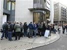 Novin��i a fotografov� �ekaj� p�ed soudn� budovou v Oslu (16. dubna 2012)