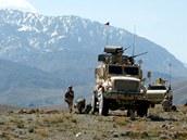 Čeští vojáci u vozidel nad údolím řeky Dobandaj v afghánském Lógaru