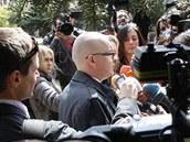 Novin��i zpov�daj� Jaroslava �k�rku po skon�en� soudn�ho jedn�n� (13. dubna