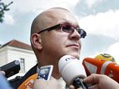 Jaroslav �k�rka odpov�d� na dotazy novin��� po skon�en� soudn�ho jedn�n� (13.