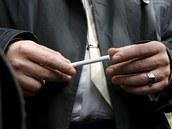 Hned po soudu si musel d�t Jaroslav �k�rka cigaretu (13. dubna 2012).