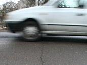 Silnice na původních betonových panelech pod těžkými auty praská a přenáší hluk.