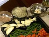 Očištěnou a podle potřeby pokrájenou zeleninu rozprostřete na plech.