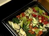 Zeleninu strčte do trouby (zhruba na 160 °C).