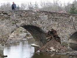 Historický most v Ronově nad Sázavou v Přibyslavi zničil traktorista s těžkým