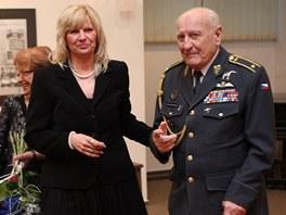 Jana Horáková ještě jako vedoucí Památníku v Hrabyni s generálem Zdeňkem Škarvadou. Horáková se stala novou ředitelkou opavského muzea.