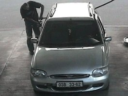 Kamerový záznam z benzinové pumpy, kam řidič zajel stříbrným fordem. (17. dubna